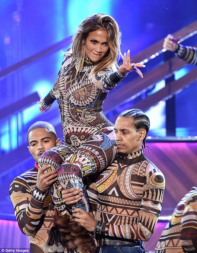 2EB5C1BD00000578-3322683-Go_J_Lo_Jennifer_Lopez_opened_the_American_Music_Awards_in_Los_A-a-20_1448241522731